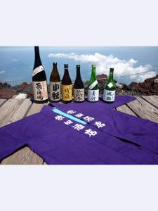富士山山頂で半纏と瓶・横サイズ
